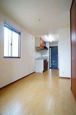 5.8帖ダイニングキッチン、洋室側からの眺めです☆広めのキッチンスペースで毎日楽しくお料理もできますね!