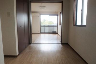 5.8帖ダイニングキッチン、玄関側からの眺めです☆洋室6.4帖との間に可動間仕切りがあります♪開けるとお部屋が広く感じられます☆