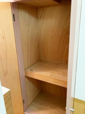 キッチンにある収納スペースです!食品・日用品の収納に便利ですよね☆