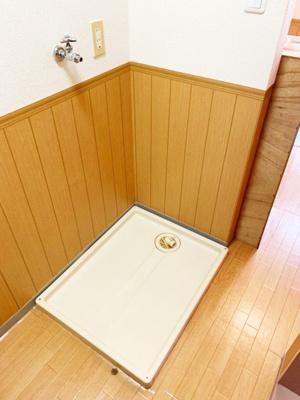 キッチンスペースにある室内洗濯機置き場です♪防水パンが付いているので万が一の漏水にも安心です!