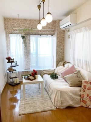 バルコニーに繋がる東向き角部屋二面採光洋室5.7帖のお部屋です!エアコン付きで1年中快適に過ごせますね☆オシャレなデザインクロスが魅力的です☆