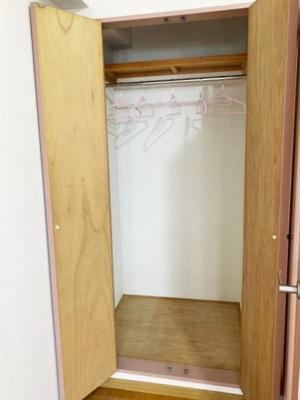 洋室5.7帖のお部屋にあるクローゼットです♪お洋服もしわにならず、キレイに収納できます☆
