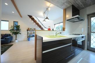 当社施工例 カラーシンクの対面式キッチン 食器洗浄乾燥機は標準搭載です