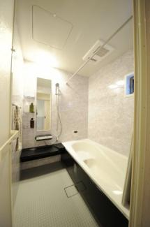 当社施工例 ホワイトを基調とした明るいバスルーム。化粧パネルのデザインや配置もお好きにお選びいただけます。