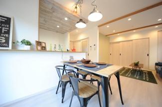 当社施工例 対面式キッチンのダイニング側 カウンター棚でディスプレイ兼収納スペースに