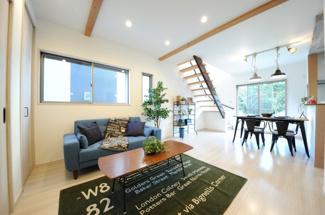 当社施工例 天井のアクセントとして空間デザインの幅を広げる化粧梁のあるリビング