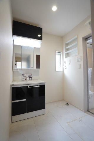鏡の上段にも扉のある収納スペースがあります。3面鏡の洗面台は朝の準備が快適にできますね。