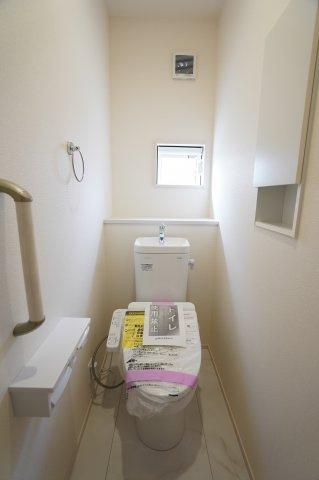1階の窓のある明るいトイレです。手すりもあって安心ですね。