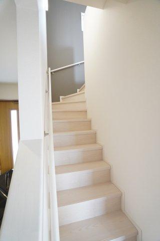 玄関横にある階段です。手すりがあって安心ですね。