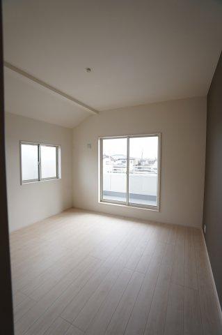 勾配天井がある開放的でおしゃれな8帖の寝室です。