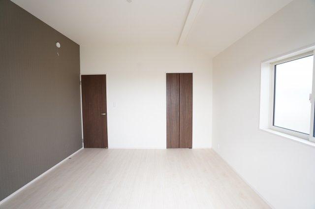 建具をシックな色にしてアクセントがありますね。WICもあり広々としているので大きなベッドを置いてもゆとりがあります。
