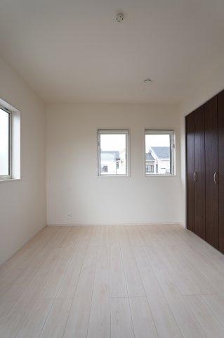 6帖の子供部屋は2連窓がおしゃれですね。