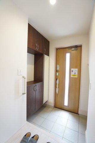 玄関ドアから採光が入る明るい玄関です。
