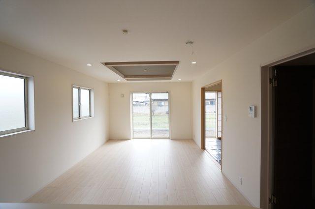 折上天井のある18帖のLDKです。一日の疲れを癒し、安らぎのひとときを過ごせる空間です。