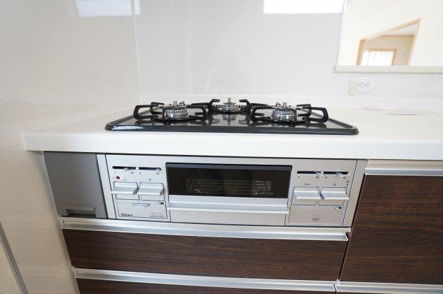 グリル付きガスコンロは3つ口でたくさんお料理する時も安心です。広いキッチンで家族一緒にお料理をするのも楽しくなりそうですね。