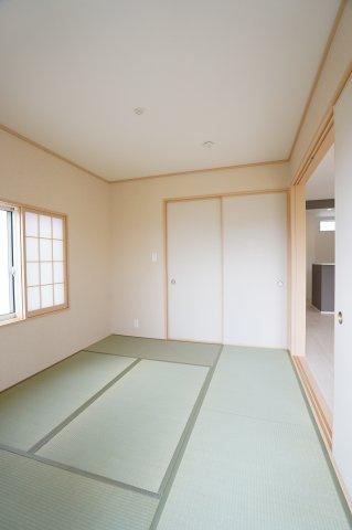 5.2帖の和室です。和室があるのは育児中のママに嬉しいお部屋ですね。子供が遊ぶスペースとしても、お昼寝スペースにも良いですね。