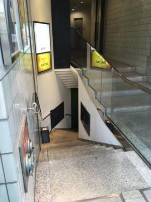 深夜営業可能の階段の入り口です。