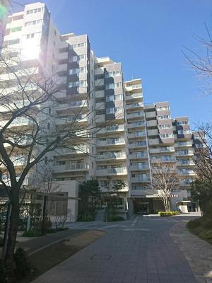 京王線「千歳烏山」駅徒歩約8分と便利な立地のマンションです。