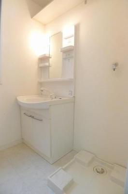 シャワー付き洗面台です。上部に棚があります。※実際の間取りは反転となります。