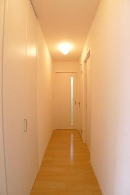 玄関を入ると明るい雰囲気のホールになっております。※実際の間取りは反転となります。