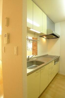 キッチン横にはモニター付ドアホンが設置してあり来客者を確認できるので安心です。※実際の間取りは反転となります。