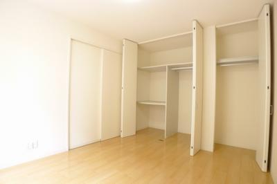6.3帖の洋室です。収納が豊富にあるので使い勝手が良いです。※実際の間取りは反転となります。