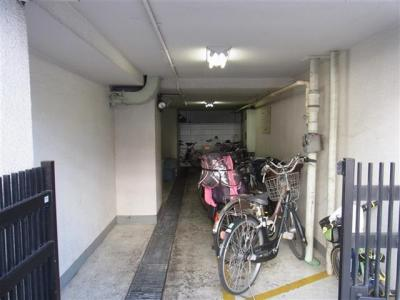 敷地内駐輪場は無償でお使いいただけます。空き状況等はお問い合わせ下さい。
