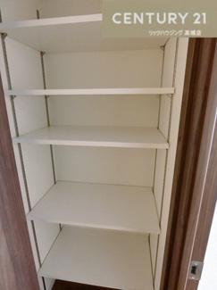 廊下にも収納スペース完備しています。