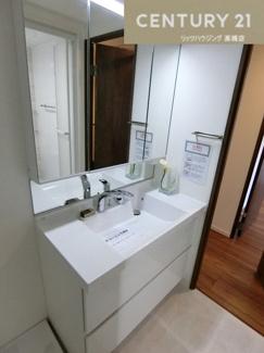 シャワー付き洗面化粧台新調! 朝の身支度も楽におこなえますね。