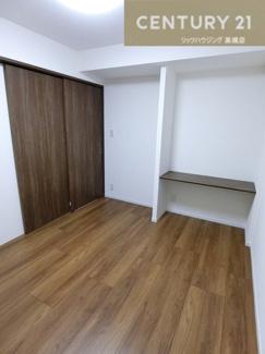 備え付けのテーブルと 収納たっぷりのクローゼットを完備した約5.8帖の洋室です。