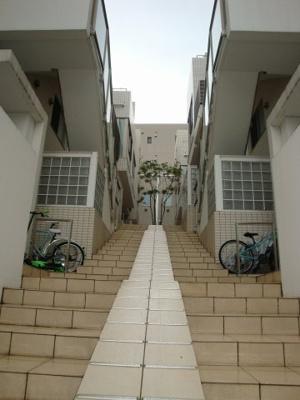 最寄駅より徒歩約5分、閑静な住宅地に佇む低層マンションです。