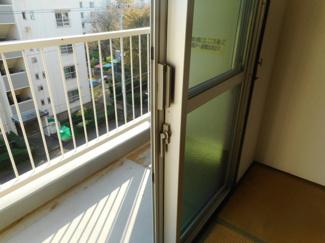 4階で眺望も良いです。窓のサッシも4年前に大規模修繕工事で交換されてます。