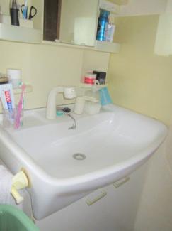 シンプルな洗面台となっております。