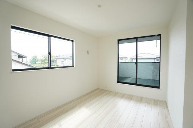2階7.25帖 バルコニーがあるお部屋です。大きな窓から明るい光が差し込みます。
