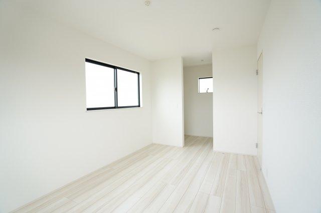 2階7.5帖 WICに小窓もついており、たまりやすい湿気も窓を開けて換気ができます。大容量ですので寝室も片付き、お好みのインテリアで寝室を居心地良くできます。