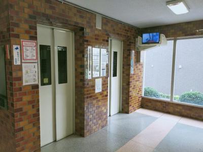 エレベーターが2基あります。 防犯カメラ付きで安心ですね♪