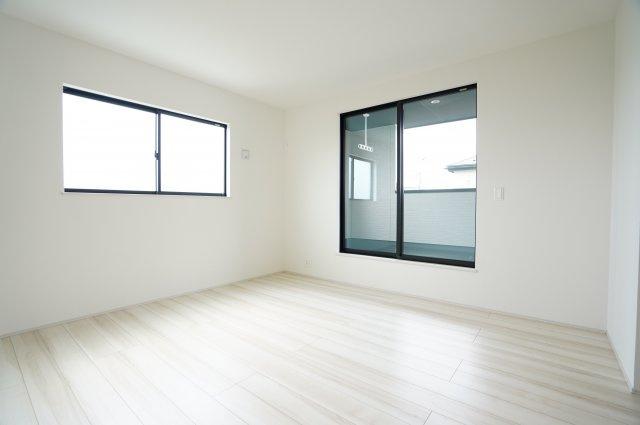 2階8帖 白を基調とした色で統一し、どんな家具でも映える空間です。