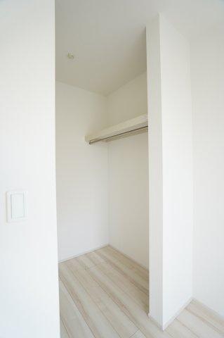 2階7.5帖 パイプハンガーや収納棚があり、シーズンを気にせず収納できるので使い勝手がいいです。