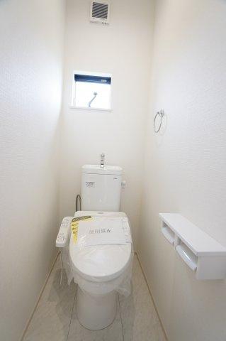 2階トイレ 温水洗浄機能付きです。