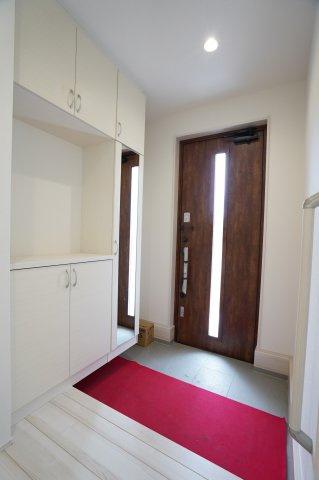 ガラス部分から光が取り込める玄関ドアなので明るいです。