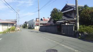 【前面道路含む現地写真】新旭町新庄(古屋付き)土地