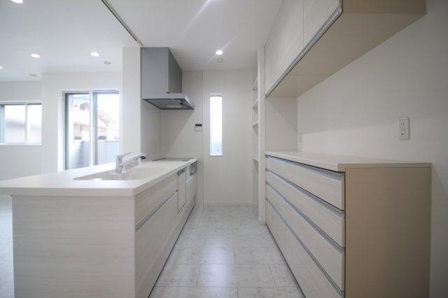 広い開放感のあるリビングも可能です♪ 対面キッチンは子どもの様子を伺いながら料理ができます♪ (当社施工例)