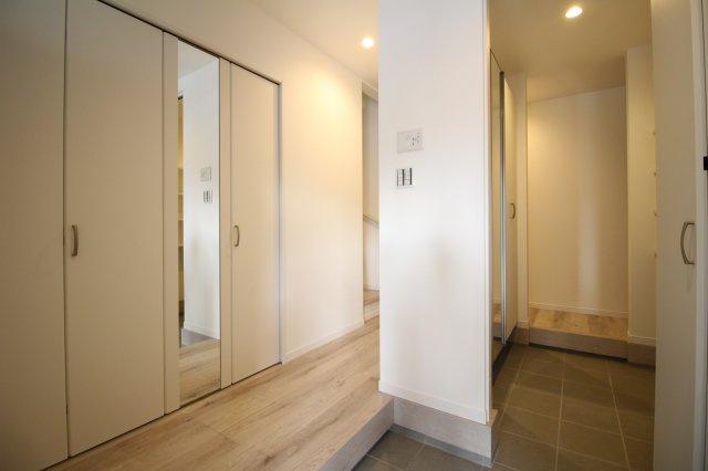 家の第一印象を決めるスッキリした明るい玄関♪ (当社施工例)