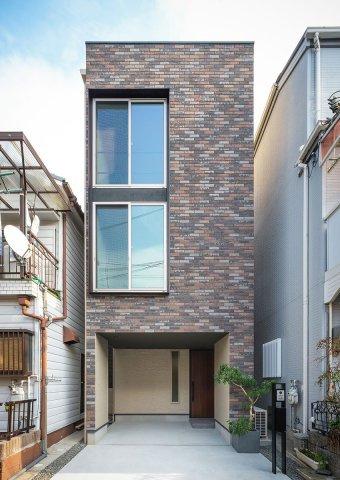 スタイリッシュな外観。窓が多く明るい光と風通しの良い空間で快適に過ごせます♪ 【当社建物プラン例 建物面積105㎡、建物価格2000万円】