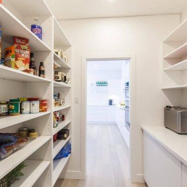 キッチンに収納があれば、見せたくないものもスッキリ収めることができますね♪ (当社施工例)