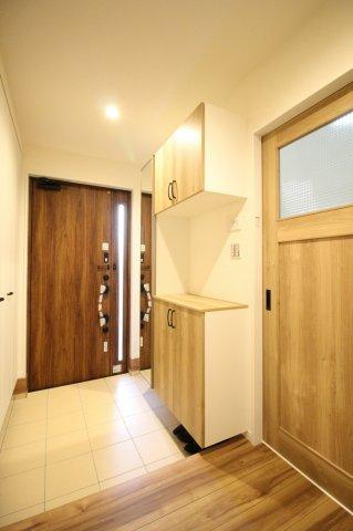 光を取り込む明るい玄関♪ 大容量のシューズボックスなので玄関もスッキリ見せることができます♪ (当社施工例)