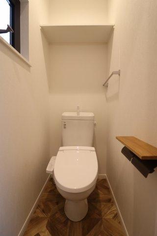 暗くなりがちなトイレも小窓をつけることで明るい空間に♪ 換気もばっちりです! (当社施工例)
