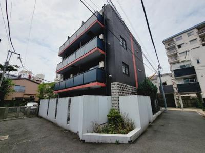 アーバンテラス町屋 2009年2月築。優雅さ漂うシックな外観。鉄筋コンクリート造の5階建てマンション。セキュリティ設備充実。宅配ボックスあり。駅から近くながら静かな環境です。