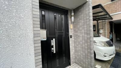 キレイな玄関扉です。
