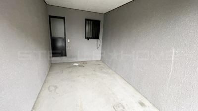 洋室へ続く扉もあります。
